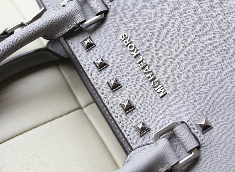 MK新款包包 Michael Kors 中号铆钉蝙蝠包银色十字纹牛皮手提包斜挎包