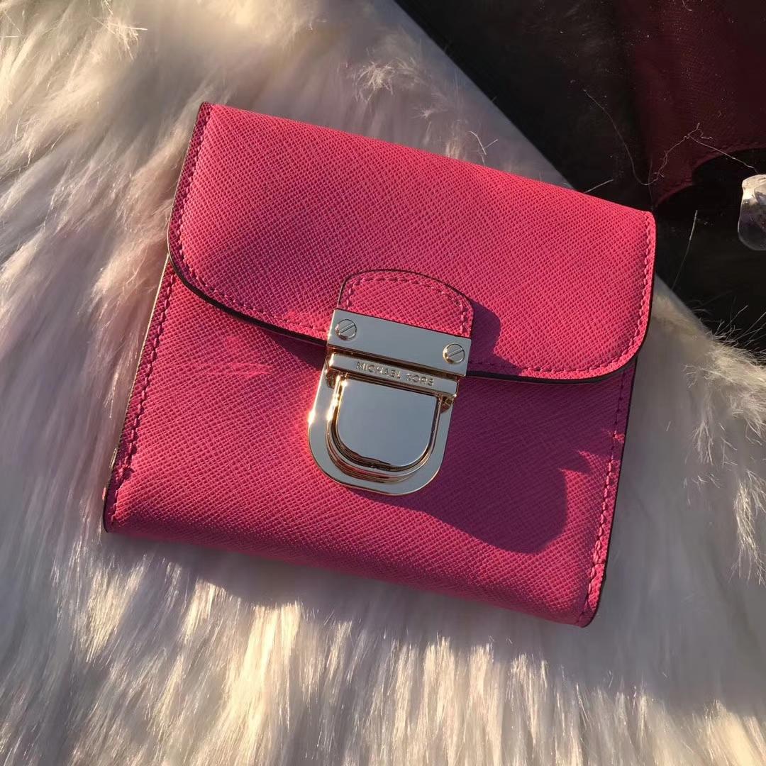 MK钱包批发 迈克科尔斯玫红色十字纹牛皮短款锁头钱夹卡包10cm
