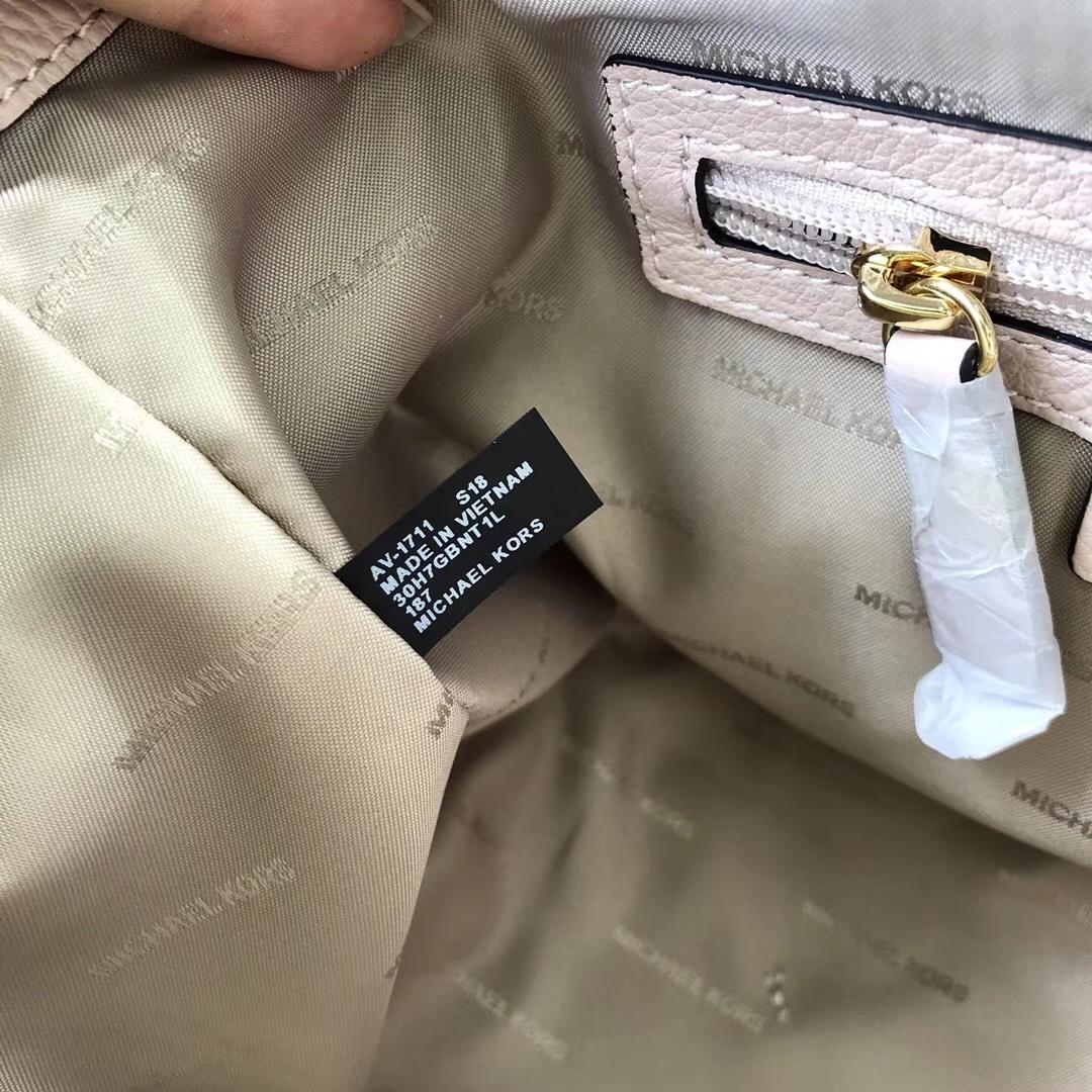 迈克高仕女包 MK裸粉色荔枝纹牛皮2018新款鸡眼宽肩带变型包包25CM