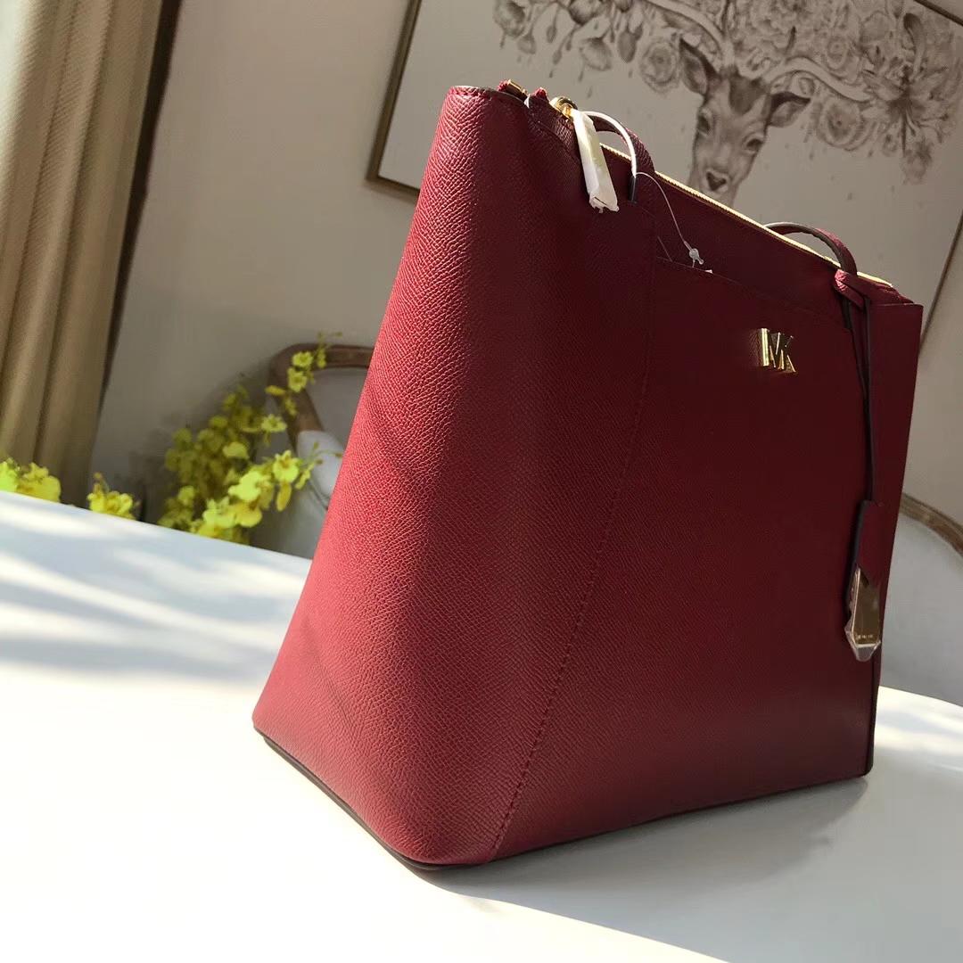MK包包官网 迈克高仕十字纹牛皮2018新款购物包单肩女包 酒红色
