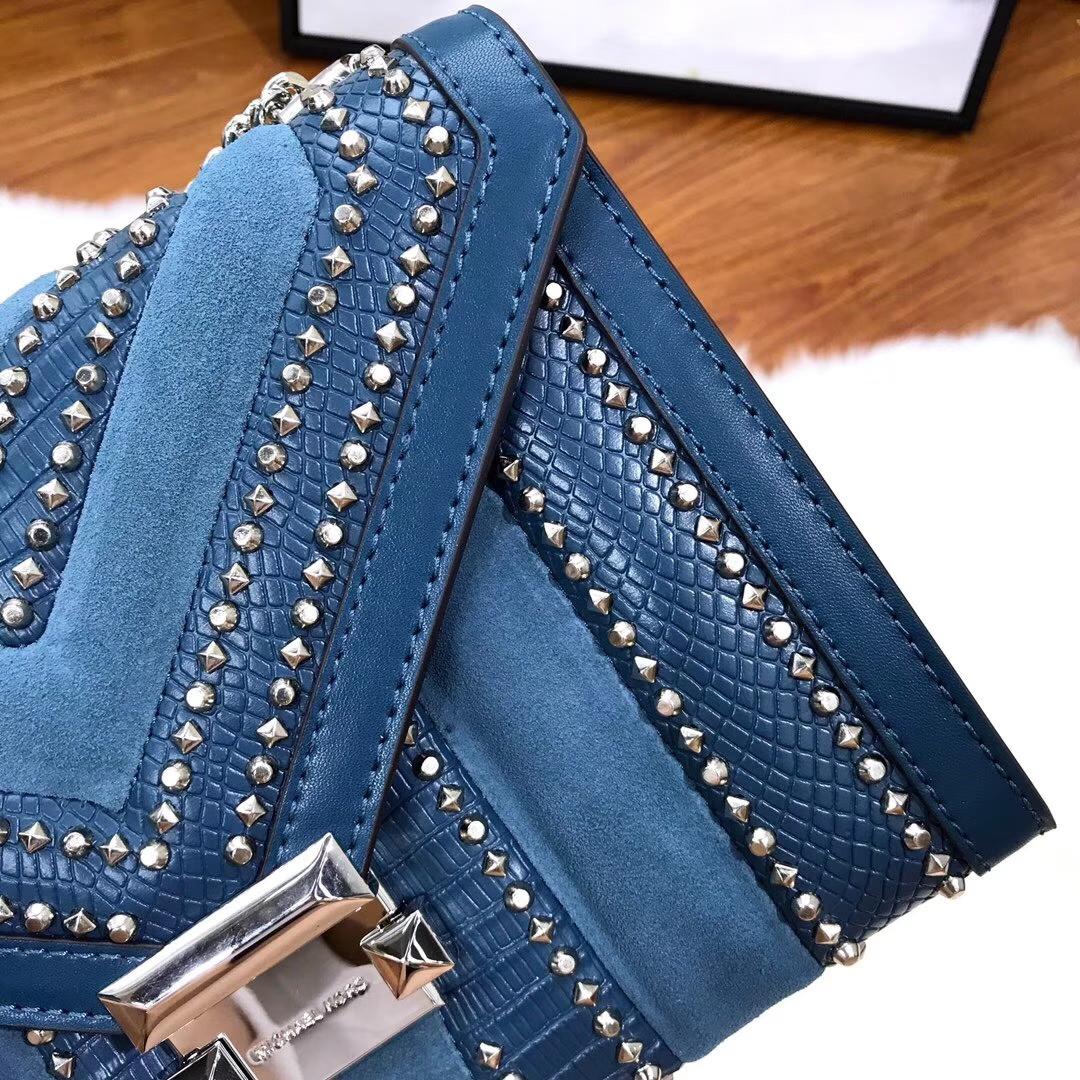 迈克高仕官网 MK2018最新款拼皮铆钉Whitney手袋链条女包24CM 牛仔蓝