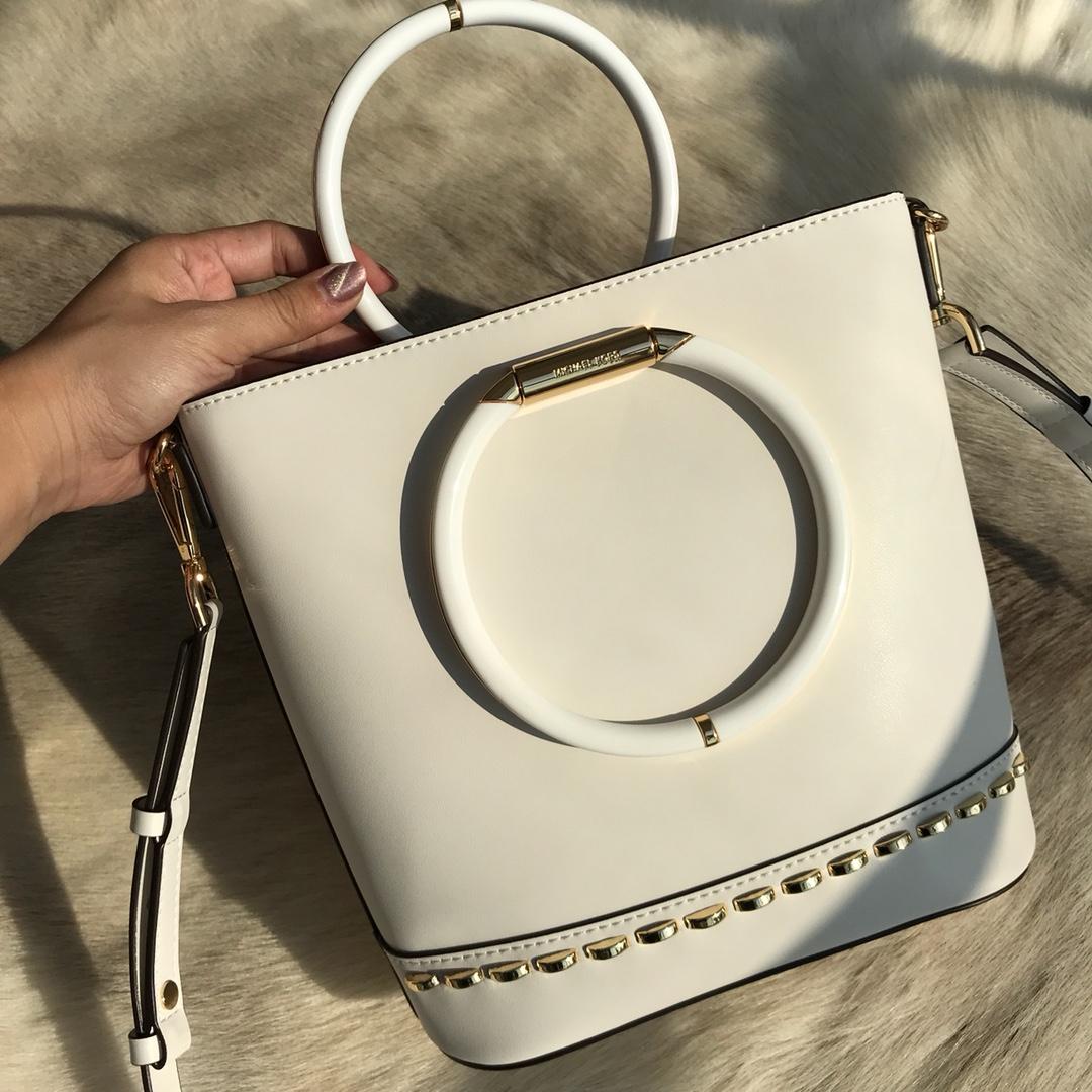 MK包包价格 迈克科尔斯原单纳帕小牛皮圆环手提水桶包单肩女包 白色
