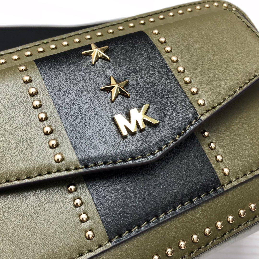 MK女包价格 迈克科尔斯MK军绿色拼色牛皮五角星相机包信封包斜挎包19CM